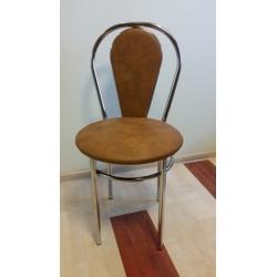 Metalinė kėdė su minkštu atlošu